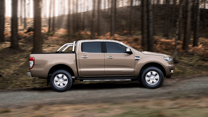 Ford Ranger Limited 2.0 driving through woods